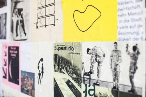Plakate bei der Sommerakademie in der Infogarage.